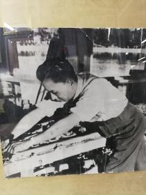 1950年拍摄洗印少奇同志在中南海巨幅生活照片,布纹厚相纸。此种巨幅照片极其少见