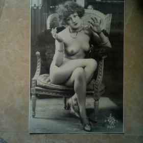 上世纪初欧洲:抽烟的裸体美女,黑白艺术照,特别大张,背面有私家收藏印。
