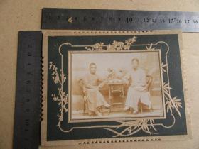 清晚或民国云南地方老照片《两人戴瓜皮帽合影》保存较好,历史的记忆