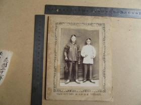 清晚或民国云南地方老照片《两人戴瓜皮帽手持洋伞合影》保存较好,历史的记忆