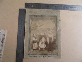 清代云南地方老照片《母女等合影》保存较好,历史的记忆,三寸金莲较具时代特色