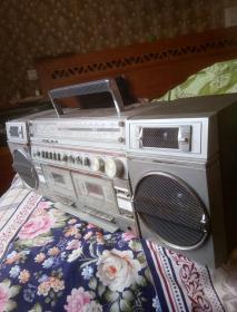 不知牌子产地的大收录机。双卡多功能收录机一台。