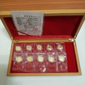 建国65周年纪念金币,共十枚。每枚面值50元。全新未开封。上海造币厂制作。