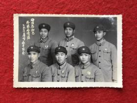 军队佩戴毛主席像章照片