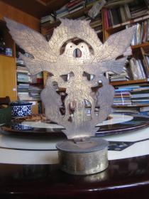 作战纪念 和平鸽 军徽 、弹壳材料制造(双面工艺、双面图案、双面刻有老山精神万岁).铜件尺寸宽30.5厘米,高30.5厘米,黄铜质、重1.3公斤