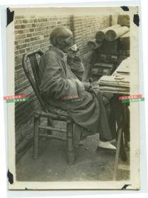 民国上海街头代写信、卖字先生的先生闲时喝茶老照片。泛银