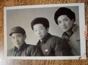 老照片:三人(一人佩戴皖南大学校徽)合影