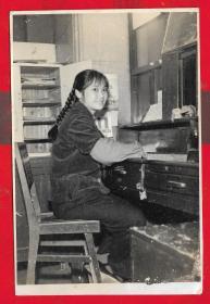 「6.70年代美女营业员收人民帀照片」。一张。品如图。AA