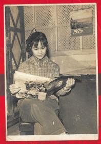 「1975年美女看书照片」。一张。品如图。