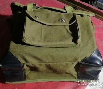 文革时期,军人曾经使用的电台包还是野战工作包,品相如图