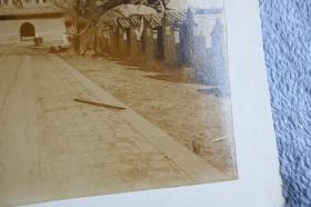 清代1900年左右北京科举教育考试贡院明远楼老照片,八国联军攻入北京后,数月间变成一片断壁残垣,照片中可见在楼上合影的外国士兵,两侧的都是成排的号舍,清代学子就是在这里完成考试答卷的