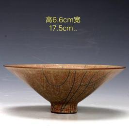 大开片斗笠碗,整体施釉均匀饱满,釉层坚硬光润,手感圆滑,造型周正,品相完整,成色如图,一级品相