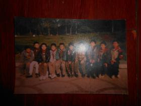 约八九十年代戴着红领巾的小学生合影像老照片一张 彩色合影像照片 12.5cmX8.5cm 年代自鉴(靠左右两边的两人照稍有些模糊 自然旧 有现货 详看实拍照片)