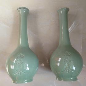 渤海春长颈瓶一对。