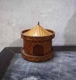 造型奇美的文革竹编圆盖盒