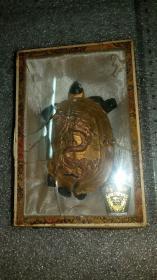 【七O年代初]老墨连盒,歙县老胡开文墨厂出品(李廷珪商标)《龙龟》包金墨一个。保真包老。重量及品相如图。