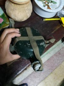 老军壶一个,有盖子和带子