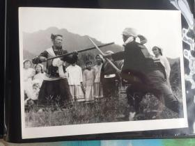 五六十年代原版老照片 少数民族教授格斗  两张合拍 (早期摄影记者拍摄)