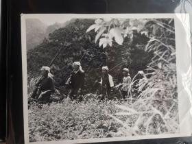 五六十年代原版老照片  少数民族巡山队    (早期摄影记者拍摄)