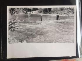 五六十年代原版老照片 少数民族竹排比赛  (早期摄影记者拍摄)