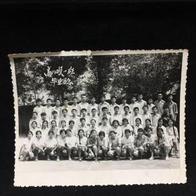 黑白老照片:高80级一班毕业留念,1980年摄