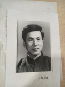 文革老照片:兰州上海照相馆  六寸单人老照片一张【相片袋及照片完好】