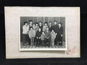 照片老照片:大家庭合影,红棉摄影店摄影 80年代摄影,带卡纸