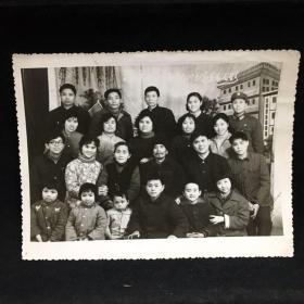 黑白老照片:瞧这一家子,大家庭合影 1984年春留影