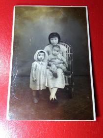 「民国香港------幼童和母亲合照照片」。一张。品如图。