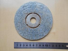 【兽面纹青玉璧】两面有工,有道裂纹。直径11.9厘米