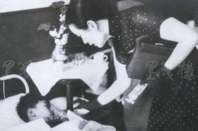 """1938年 美新社新闻原照""""宋美龄探望日军轰炸汉口受伤的小朋友""""老照片 一张  HXTX105103"""