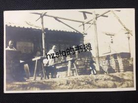 【民俗风情】民国初北京郊外围坐石桌旁的农户等生活场景,颇为难得