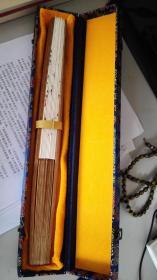 精美折扇,纯手工制作,锦盒包装,知名书法家王志超亲笔题诗,正面:心旷神怡;背面:王维《竹里馆》