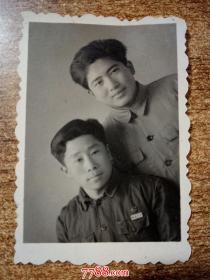 老照片:佩戴皖南大学校徽  合影