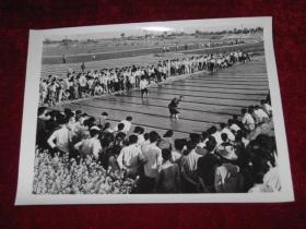 全国著名的农民水稻专家陈永康在江苏省无锡县东亭公社表演泥浆落谷的示范操作    照片长20厘米宽15厘米    A箱