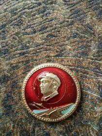 毛主席像章,背面,毛主席万岁,文革时期六十年代铝合金制。