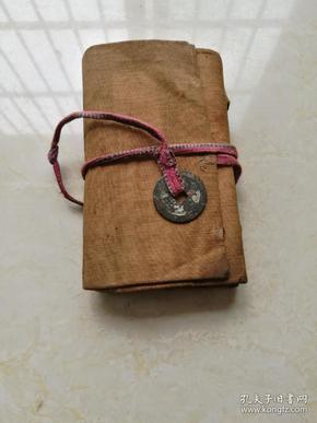 經折裝,道士用書。破獄用一本和度橋用一本。布面,兩冊一函一套全,清代原裝布面函套拴有一枚古錢幣
