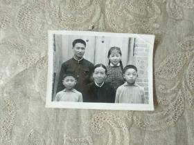老照片《家庭祖孙合影照》长8厘米,宽6厘米!第二相册内!品相如图!自定!不可追回的岁月!