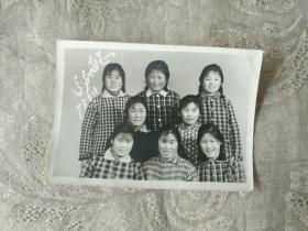 老照片《姑娘们 分别留念 合影照(1975.3.11)》长8厘米,宽6厘米!第二相册内!品相如图!自定!不可追回的岁月!
