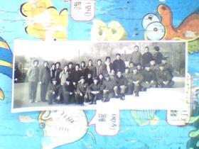 老照片;都是七十年代男女青年,有穿军装带着像章的。