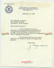 美国联邦调查局FBI第一任局长埃德加·胡佛Edgar Hoover 亲笔手写签名信。任职长达48年。作为一个叱咤风云近半个世纪的传奇人物,他的名气远远超过电影明星,权势让总统也望尘莫及。他是一个时代的象征,也是美国民众的偶像。