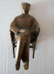 """毛泽东主席铸塑铜质坐像(摆件。椅底铸有""""一九六六年""""字样,重量:1004克,高度19公分,宽12公分)"""