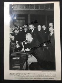 """被誉为""""电话之父""""的电话发明人亚历山大·贝尔于1892年主持纽约和芝加哥长途电话的通话典礼,美国国会图书馆馆藏书页式照片(照片应为原底洗印、品质极佳,附有文字说明)。"""