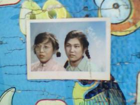 老照片;两个七十年代美女。