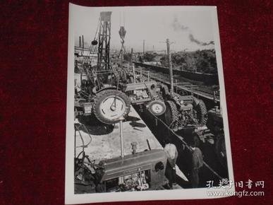 大批东方红——28型拖拉机装车运往农村     照片长20厘米宽15厘米    A箱
