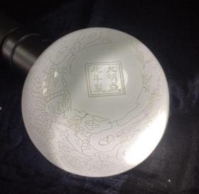 大明成化款甜白釉描白牡丹纹孔雀缸杯