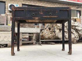清代榆木两屉书桌,品相完好保存完整,做工漂亮,雕刻精美,牢固无松动源头无毛病。尺寸长106cm,宽49cm,高86cm