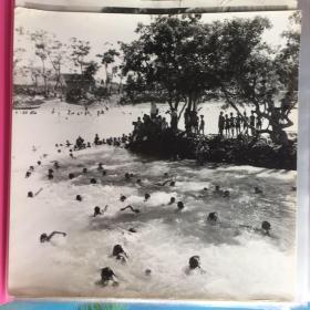 五六十年代原版老照片 农村游泳场  (大号正方形 ,早期摄影记者拍摄)