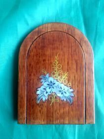 [珍品]:台湾精美漂亮的红木镶嵌金丝贝雕花卉小镜子,方便、耐用!是女孩的必需,是女孩的最爱,显的个性、高贵身份的象征!又可欣赏收藏,也可做馈赠佳礼!