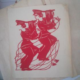(著名艺术家高明贵剪纸一幅【女兵正在拉电话线】18筹码x16cm【发表在人民炮兵杂志上】